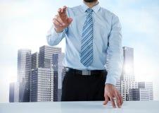 Rührende Luft des Geschäftsmannes mit hohen Stadtwolkenkratzern Stockbilder