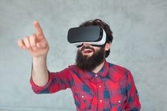 Rührende Luft des netten Mannes in VR-Schutzbrillen Lizenzfreie Stockfotos