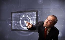 Rührende moderne Technologietablette des Geschäftsmannes Lizenzfreie Stockfotos