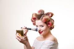 Rührende Nase der hübschen Schönheit durch Bürste Lizenzfreies Stockfoto