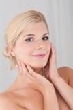Rührende reine gesunde Haut der hübschen Frau Stockfotografie