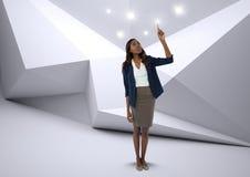 Rührende Scheinlichter der Geschäftsfrau im minimalen Raum Lizenzfreie Stockbilder