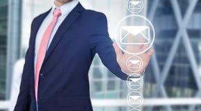 Rührende Technologieschnittstelle des Geschäftsmannes mit Berufs-emai Stockfotografie
