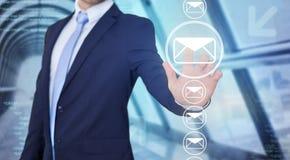 Rührende Technologieschnittstelle des Geschäftsmannes mit Berufs-emai Lizenzfreie Stockbilder