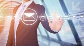 Rührende Technologieschnittstelle des Geschäftsmannes mit Berufs-emai Lizenzfreies Stockbild