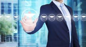 Rührende Technologieschnittstelle des Geschäftsmannes mit Berufs-emai Lizenzfreie Stockfotografie