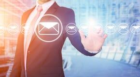 Rührende Technologieschnittstelle des Geschäftsmannes mit Berufs-emai Lizenzfreie Stockfotos