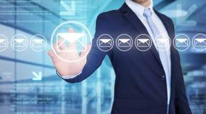 Rührende Technologieschnittstelle des Geschäftsmannes mit Berufs-emai Stockbild