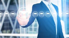 Rührende Technologieschnittstelle des Geschäftsmannes mit Berufs-emai Lizenzfreies Stockfoto