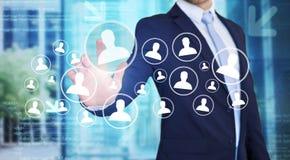 Rührende Technologieschnittstelle des Geschäftsmannes mit Berufsinh. Stockbild