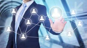 Rührende Technologieschnittstelle des Geschäftsmannes mit Berufsinh. Stockfotos