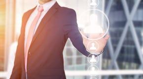 Rührende Technologieschnittstelle des Geschäftsmannes mit Berufsinh. Stockfoto