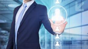 Rührende Technologieschnittstelle des Geschäftsmannes mit Berufsinh. Lizenzfreies Stockbild