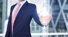 Rührende Technologieschnittstelle des Geschäftsmannes mit Berufsinh. Stockfotografie