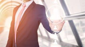 Rührende Technologieschnittstelle des Geschäftsmannes mit Berufsinh. Stockbilder