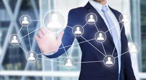 Rührende Technologieschnittstelle des Geschäftsmannes mit Berufsinh. Lizenzfreie Stockfotos