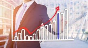 Rührende Technologieschnittstelle des Geschäftsmannes mit Finanzkurve a Stockbild