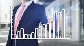 Rührende Technologieschnittstelle des Geschäftsmannes mit Finanzkurve a Lizenzfreie Stockfotos