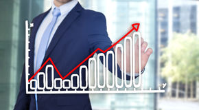 Rührende Technologieschnittstelle des Geschäftsmannes mit Finanzkurve a Stockfotos