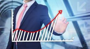 Rührende Technologieschnittstelle des Geschäftsmannes mit Finanzkurve a Stockfoto