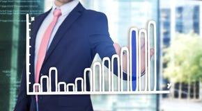Rührende Technologieschnittstelle des Geschäftsmannes mit Finanzkurve a Lizenzfreies Stockbild