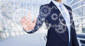 Rührende Technologieschnittstelle des Geschäftsmannes mit Gangrad settin Lizenzfreies Stockfoto