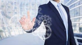 Rührende Technologieschnittstelle des Geschäftsmannes mit Gangrad settin Stockfotos