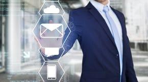 Rührende Technologieschnittstelle des Geschäftsmannes mit Geschäfts-E-Mail IC Stockbilder