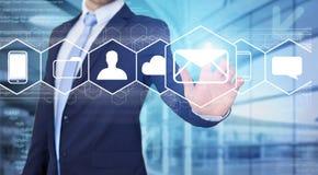 Rührende Technologieschnittstelle des Geschäftsmannes mit Geschäfts-E-Mail IC Stockbild