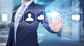 Rührende Technologieschnittstelle des Geschäftsmannes mit Geschäfts-E-Mail IC Stockfotos