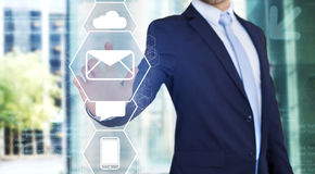 Rührende Technologieschnittstelle des Geschäftsmannes mit Geschäfts-E-Mail IC Stockfotografie