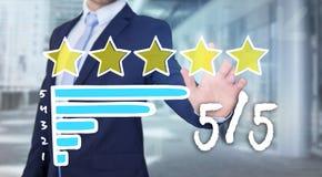 Rührende Technologieschnittstelle des Geschäftsmannes mit Klassifizierungssternen Lizenzfreie Stockfotos
