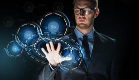Rührende virtuelle Projektion des Geschäftsmannes Lizenzfreies Stockbild