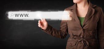 Rührende web- browseradresszeile der jungen Geschäftsfrau mit WWW-Si Lizenzfreies Stockfoto