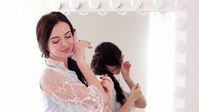 Rührende weiche Backenfrau, die für Kamera vor Spiegel, Mädchen mit den rosa Lippen und Nägeln aufwirft stock footage