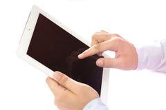 Rührender Finger in der digitalen Berührungsfläche innerhalb eines Raumes auf einem Holztisch lizenzfreies stockfoto