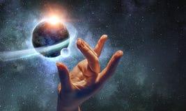Rührender Planet mit dem Finger stockbilder