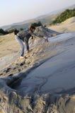 Rührender schlammiger Vulkan des Touristen Lizenzfreie Stockbilder