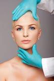 Rührendes Ästhetikgesicht des kosmetischen plastischen Chirurgen lizenzfreie stockfotos