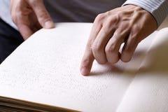 Rührendes Buch der blinden Person, geschrieben in Blindenschrift-Schreiben Stockfoto