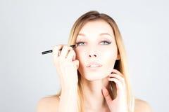 Rührendes Gesicht der Blondine und zutreffen Schatten auf Auge Bilden Sie Künstler Lizenzfreie Stockfotografie