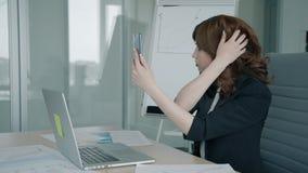 Rührendes Haar der schönen Geschäftsfrau, Telefon am Arbeitsplatz im modernen Büro halten stock video footage