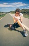 Rührendes Knie der athletischen Frau durch schmerzliche Verletzung herein Lizenzfreie Stockfotografie