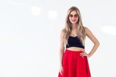 Rührendes langes blondes Haar des netten jungen weiblichen Modells, lächelnd, tragende frische Sommerausstattung mit Vorderansich Stockfotos
