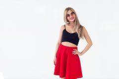 Rührendes langes blondes Haar des netten jungen weiblichen Modells, lächelnd, tragende frische Sommerausstattung mit Vorderansich Stockbilder