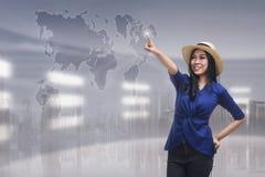 Rührendes Reiseziel der schönen asiatischen Frau auf virtuellem scre Stockfotos