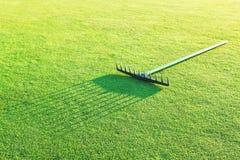 Rührstange auf dem grünen Gras für Golf. Lizenzfreie Stockbilder