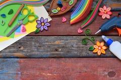 Rüschentechnik Papierstreifen, Blumen, Scheren, Elemente Handgemachtes Handwerk auf Feiertagsthema: Geburtstag, Mutter-Tag, am 8. stockfotografie