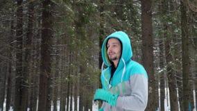 Rütteln im Winterpark stock video