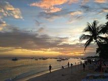 Rütteln Sie auf dem Strand an der Dämmerung, Philippinen Stockfotos